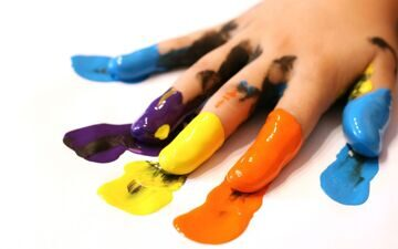 paint-on-her-fingers